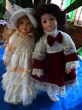 2poupées  copines en ballade  porcelaine avec beaux vétements +support offert