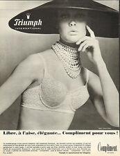 """Publicité  Print AD 1965 Lingerie Triumph """"compliment"""" soutien gorge gaine"""