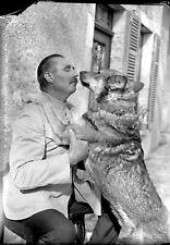 Homme avec son chien Berger allemand négatif photo plaque verre an. 1920