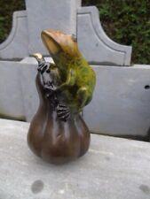 grenouille sur un potiron en bronze patiné, statue grenouille bronze