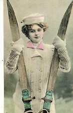 Riproduzione Cartolina Donne e Moda del 1911 Germania  Giovane sciatrice