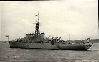Schiffsfoto-AK Ship Real Photo 1953 Marine F690 HMS Caister Castle Kriegsschiff