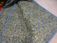 bleue ,relookée ,ancienne couverture boutis  . avec tissus style lyberty,gans é