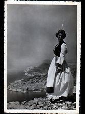 DUBROVNIK (CROATIA / CROATIE) FEMME costumée & VILLAS en vue aérienne en 1956
