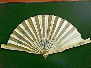 👍 19TH CENTURY CHINA CHINESE HANDPAINTED FLOWERS ON SILK FAN WITH BOX