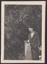 YZ2486 Donna in posa tra la vegetazione - 1923 Fotografia d'epoca