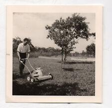 PHOTO ANCIENNE Portrait Homme Jardinage Tondeuse  Jardin Herbe Vers 1960
