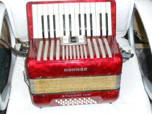 Hohner Akkordeon, Student IV M, 32 Bässe mit Koffer und Gurten
