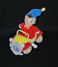 Peluche doudou Oui Oui dans sa voiture TOMY rouge jaune bleu gris 21 cm TTBE