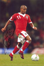 Robert Earnshaw, Wales, Cardiff, West Brom, Norwich, signed 12x8 photo. COA.