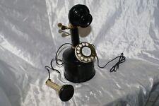 Telefono antico in metallo e ottone di colore nero funzionante da arredamento