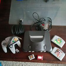 Nintendo 64 mit Controller, Super Mario 64 und Memory Cards