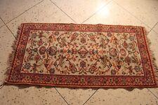 Très beau petit tapis oriental fait mains.