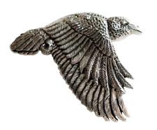 Raven fliegende Zinn Anstecker - handgemacht in Cornwall