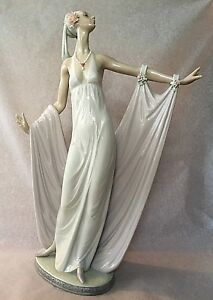LLADRO Daisa 1987 Beautiful sculpture of Lady