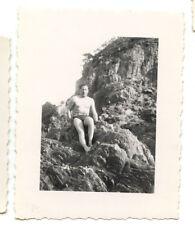 Homme maillot de bain assis rochers plage - photo ancienne amateur an. 1940