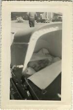 PHOTO ANCIENNE - VINTAGE SNAPSHOT - ENFANT LANDAU CADRAGE DRÔLE VOITURE - CAR