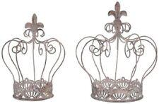 Skulpturen aus Metall mit Krone