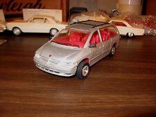 1996 Dodge Grand Caravan LE 1/25 scale built Lindberg #72612 kit model (1121)