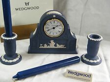 "Wedgwood ""JASPER WARE"" Portland Blu Orologio MENSOLA Laurel & corrispondenza C/bastoni."