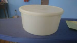 VINTAGE TUPPERWARE LARGE ROUND CONTAINER