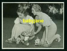 MARY PICKFORD LILLIAN GISH VINTAGE 6X8 PHOTO 1935 GARDEN GNOMES AT PICKFAIR