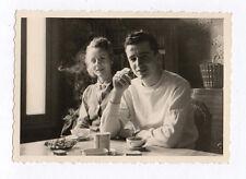 PHOTO ANCIENNE Snapshot Couple Cigarette Fumée Fumer 1954 Café Pause Thé