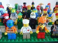 LEGO 7 Figuren Minifiguren Männchen mit Zubehör und Kopfbedeckung Konvolut