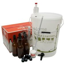 Nuevo Starter Home Brew Kit con botellas de cerveza que homebrewing