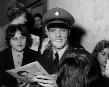 ARMY PRIVATE ELVIS PRESLEY SIGNS AUTOGRAPHS IN GERMANY - 8X10 PHOTO (AB982)