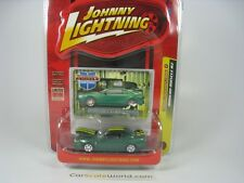 FORD MUSTANG 2000 1/64 JOHNNY LIGHTNING (GREEN /YELLOW STRIPES)