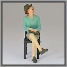 Dingler Handbemalte Figur Polyresin Spur 1 Frau sitzend Bluse türkis (100209-02)