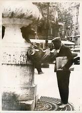 PARIS Scène de Rue c. 1935 - Marchand de Journaux à la Fontaine - DIV 3503