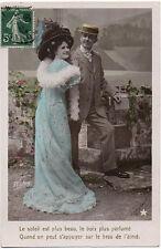 Carte postale ancienne - Couple - Femme robe bleue brodée - 1