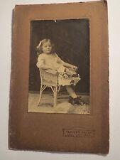 Altona - im Korbsessel sitzendes kleines Mädchen im Kleid - Portrait / KAB