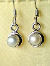 Argento Sterling Orecchini Pendenti con ROUND 7 mm. acqua dolce perla pietre £ 12.50 Nuovo con etichette