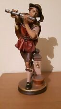 Holzfigur, Mann mit Flöte am Brunnen