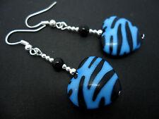 Una COPPIA DI DANGLY BLACK & BLUE Zebra Print CUORE DANGLY ORECCHINI. nuovi.