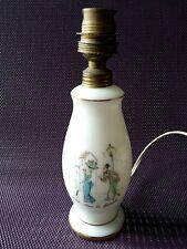 Adorable petit pied de lampe en opaline blanche décor Paris sous le fanal
