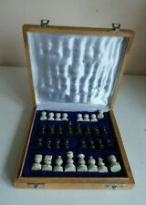 Vintage Antiguo Tablero De Ajedrez Set W Negro y Blanco Tallado piezas en caja acolchada casa Dec