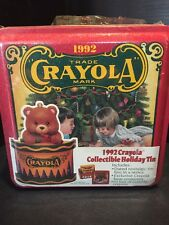 B24)Vintage 1992 Crayola Collectible Holiday Tin w/bear ornament 64 crayons NIP