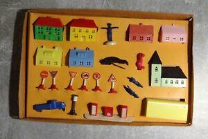 Spielzubehör Plastik Modellbau Autos Häuser Figuren gebraucht selten für Sammler