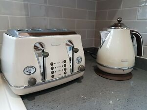DeLonghi 50s style retro cream 4 slice toaster and kettle set
