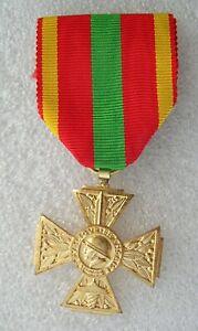 medaille CROIX DU COMBATTANT VOLONTAIRE de 1939-1945   patine dorée