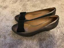 Ladies CLARKS artisan COURT SHOES Gold Brown UK size 5E Black Bow