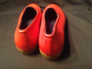 WOMEN'S RED GARDEN SHOES SIZE 8