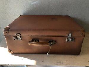 Valigia vintage beige in cartone e manico in legno, vulcanizzata