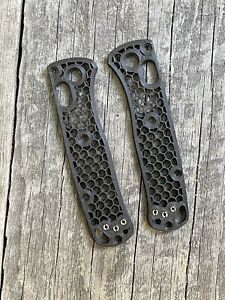 BENCHMADE MINI BUGOUT SKELETON HIVE SCALES (CRUSHED CARBON FIBER)