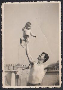 YZ2742 Padre lancia figlioletto in aria - 1948 Fotografia d'epoca