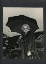 LANA TURNER AT LONDON AIRPORT - 1973 VINTAGE CANDID PHOTO